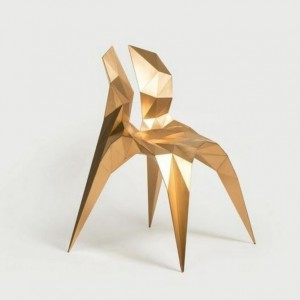 Krzesło Brass Bow to projekt chińskiego designera Zhoujie Zhanga, zaprezentowany na targach przez galerię Gallery ALL, mającą swoje biura Pekinie i Los Angeles. Fot. Gallery ALL.