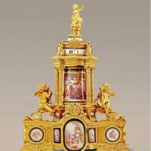 Jednym z wystawców była ekskluzywna galeria z Dubaju 19th Century Antiques, dysponująca imponującym asortymentem zabytkowych francuskich przedmiotów - od komód po rotacyjne zegary, z których jeden - wykonany z porcelany i pozłacanego brązu - możemy podziwiać na zdjęciu. Fot. 19th Century Antiques.