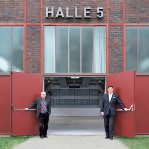 Prof. dr Peter Zec, założyciel Red Dot, oraz dyrektor Muzeum w Ruhr, prof. Heinrich Theodor Gruetter przed budynkiem Hali nr 5 , w którym odbędzie się wystawa. Fot. Red Dot Design Museum/Ruhr Museum.