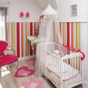 Granicę strefy malucha wyznacza tapeta w różnobarwne paski. Podłogę zdobią kolorowe dywaniki o nieregularnych kształtach. Fot. Bartosz Jarosz.
