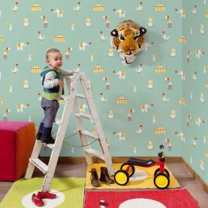 Dzieci uwielbiają chodzić do cyrku. Zanim jednak będą na tyle duże, by móc oglądać to widowisko, możemy ozdobić ich pokój cyrkową tapetą. Fot. Paper Moon.