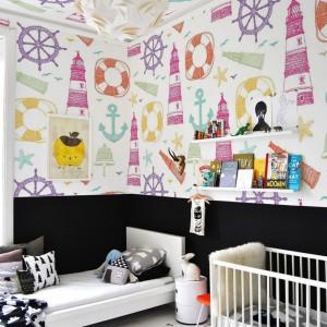 Tapetę morskie wariacje marki Pixers zdobią marynistyczne motywy, które wyglądają, jak gdyby były narysowane przez dzieci kolorowymi kredkami. Fot. Pixers.