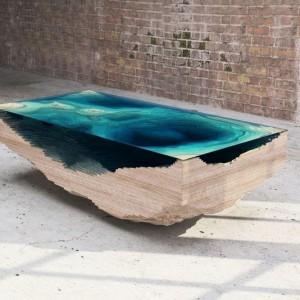 Stolik kawowy Abyss to zainspirowany głębią oceanu mebel, stworzony przez londyńskie studio Duffy, które spędziło rok na procesie twórczym, eksperymentując z rzeźbionym szkłem, sklejką pleksi i drewnem, ułożonymi w trójwymiarową strukturę, imitującą geograficzną mapę oceanu. Fot. dzięki uprzejmości Cities.