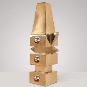 Na targach przedmioty ze swojego asortymentu pokazałł butik Chamber z Nowego Jorku. Jednym z prezentowanych produktów była niesamowita lampa Camino, projektu Alessandro Mendiniego, wykonana z 24-karatowego złota i chromowanej ceramiki. Fot. Chamber.