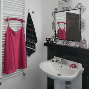W tej łazience nie tylko lustro mam efektowną, dekoracyjną ramę. Równie dekoracyjne jest oświetlenie wiszące nad nim. Pięknie mieni się kryształkami. Projekt: Magdalena Kwiatkowska. Fot. Bartosz Jarosz.