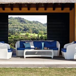Białe meble ożywione kolorem niebieskim doskonale sprawdzą się na tarasie. Będę wygodne i estetyczne. Warto pomyśleć nie tylko o fotelach, ale również o wygodnej sofie. Na zdjęciu: meble dostępne w ofercie marki Varsachin. Fot. Varsachin.