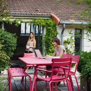 Jeśli zdecydujemy się na kolorowe meble ogrodowe to już same w sobie będą stanowiły oryginalną ozdobę. Na zdjęciu: meble z kolekcji marki Fermob. Fot. Fermob.