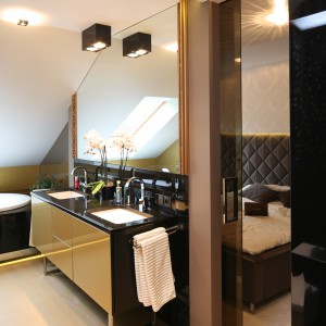 Łazienka na piętrze, ulokowana od skosem dachowym sąsiaduje bezpośrednio z sypialnią. Projekt: Chantal Springer. Fot. Bartosz Jarosz.