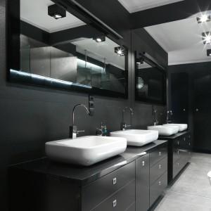 Obszerna, elegancka komoda  oferuje miejsce na wszystkie łazienkowe akcesoria dwójki użytkowników, a na blacie ustawiono dwie umywalki. Projekt: Maciejka Peszyńska-Drews. Fot. Bartosz Jarosz.