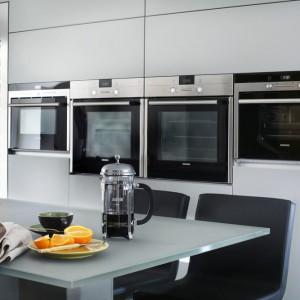 W kuchni zrezygnowano z tradycyjnych górnych i dolnych szafek na rzecz wysokiej, pojemnej zabudowy. Projekt: LLI Design. Fot. Zdjęcia: Alex Maguire Photography.