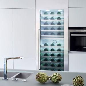 W kuchennej zabudowie znalazły się wszelkie niezbędne, oraz bardziej luksusowe elementy. Między innymi odnajdziemy w niej przeszklony schowek na wina. Projekt: LLI Design. Fot. Zdjęcia: Alex Maguire Photography.