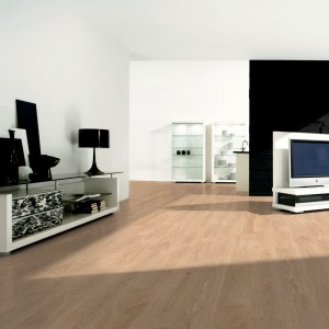 Podłoga drewniana w wybarwieniu  dąb natur marki Scheucher. Fot. Scheucher.