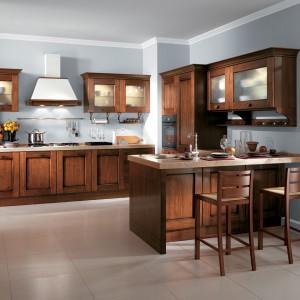 Klasyczne kuchnie swój urok w pełni odsłaniają kiedy wykonane są z litego drewna. Piękna, przytulna, ciepła i bardzo domowa kuchnia z frezowanymi frontami, przeszklonymi drzwiczkami górnej zabudowy i grubym, granitowym blatem. Fot. Sacvolini, kuchnia Amelie.