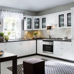 Elegancka klasyczna kuchnia, będąca estetycznym, eleganckim połączeniem uniwersalnych barw. Fronty w kolorze Biały Canadian oprawiono w ramy w ciemnobrązowym kolorze, które tworzy blat wraz z korpusem mebla. Fot. Black Red White, linia Family Line, model Older.