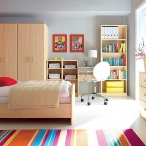 Meblościanka Tip-Top marki Black Red White w kolorze jasnego drewna zorganizuje przestrzeń w pokoju dziewczynki oraz chłopca. Mebel tworzą następujące moduły: szafa, półka, biurko i regał na książki. Fot. Black Red White.
