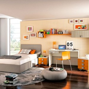 Praktyczna, trzykolorowa meblościanka o lekkiej, ażurowej formie pomoże zaaranżować ścianę wokół biurka. Fot. Colombini Casa.