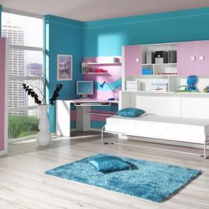 Meblościanka Mario marki Abra Meble łączy w sobie funkcję pracy, przechowywania oraz spania. Liliowy kolor frontów wniesie do pokoju dziewczęcy wdzięk. Fot. Abra Meble.