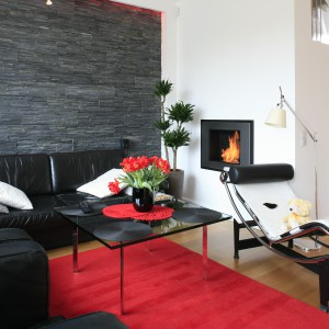 Dobrane z rozmysłem meble, zachwycają modernistyczną formą i swoją funkcjonalnością. Można tu wypocząć na skórzanej kanapie, fotelu lub sofie LC2, zaprojektowanych przez samego Le Corbusiera. Projekt: Michał Mikołajczak. Fot. Bartosz Jarosz.