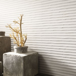 Płytki Old White marki Venis mają ciekawą strukturę przypominającą tynk dekoracyjny. Fot. Porcelanosa/Venis.