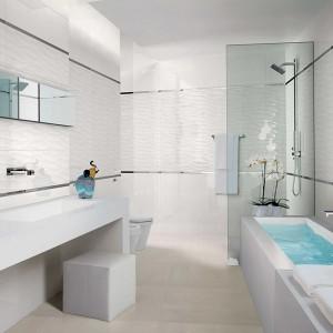 Kolekcja Lumina z katalogu Fap Ceramiche zachwyca eleganckim wyglądem i nadaje łazience niezwykłą lekkość dzięki trójwymiarowym płytkom dekoracyjnym z motywem fali. Fot.  Fap Ceramiche