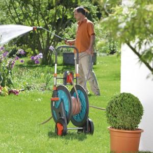 Wózek na wąż Classic 100 HG doskonale sprawdzi się w przestronnych ogrodach. Prowadnica węża nad bębnem wózka umożliwia równomierne zwijanie węża. Specjalnie skonstruowana podstawa zapewnia dużą stabilność. Fot. Gardena.