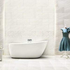 Białe płytki z kolekcji Binita Paradyż to elegancka imitacja marmuru. Fot. Paradyż.