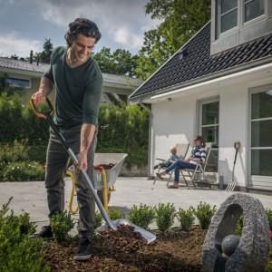 Najnowsze narzędzia do kopania Fiskars zapewniają komfort i lekkość użytkowania. Prawidłowa postawa ciała bez nadwyrężania mięśni oraz ułatwiona praca w ciężkiej glebie to zalety nowych produktów. Fot. Fiskars.