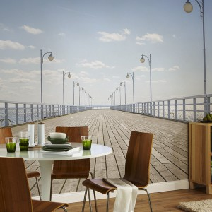 Fototapeta z motywem drewnianego molo, która nie tylko powiększy przestrzeń, ale i pozwoli cieszyć się widokiem na morze przez cały rok. Fot. Pixers.