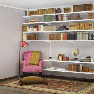 Rozwiązania systemowe od marki Elfa umożliwiają dowolną konfigurację półek na książki, dostosowaną do aranżacji wnętrza. Z  pomocą szyn do zawieszania półek można zorganizować przytulny kącik czytelniczy. Fot. Elfa.