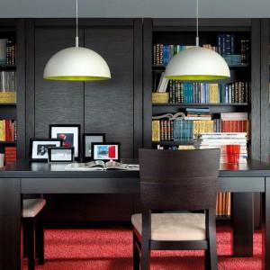 Regał August to propozycja sklepu Black Red White, która znakomicie sprawdzi się w gabinecie i salonie. Proste, zdecydowane kształty mebla podkreślają pogrubione boki, które będą doskonałą oprawą dla kolekcji książek i ulubionych płyt. Wymiary: głęb. 45,5 cm, szer. 100 cm, wys. 199,5 cm. Cena 769 zł. Fot. Black Red White.
