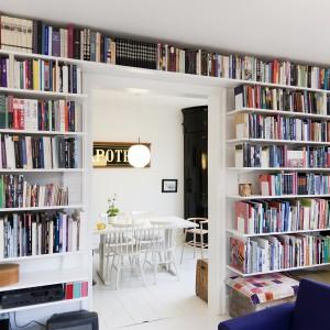 Przy pomocy tradycyjnego systemu szyn pionowych marki Elfa można z powodzeniem zorganizować miejsce na duży zbiór książek. Tak przechowywane książki będą łatwo dostępne, a przy okazji ozdobią wnętrze. Fot. Elfa.