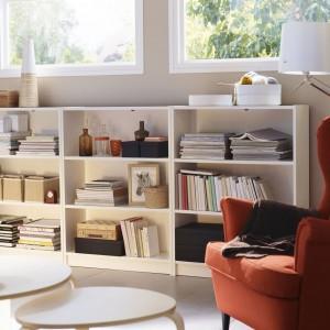 Niski regał na książki to praktyczna propozycja, która umożliwi przechowywanie ich na przykład pod oknem. Biały regał Billy od IKEA ma regulowane półki i prosty minimalistyczny wygląd. Wymiary 240x106x28 cm, cena 387 zł. Fot. IKEA