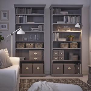 Regał Liatorp to propozycja sklepu IKEA. Mebel posiada gzyms i cokół, które pozwalają stworzyć spójny wygląd połączonych ze sobą części. Regulowane półki, kolorystyka: biały lub szary. Wymiary: 96x214 cm, cena 799 zł. Fot. IKEA.