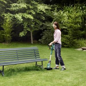 Podkaszarka do trawy pozwala na wygodne koszenie trawy w trudno dostępnych miejscach, dzięki czemu możemy zaoszczędzić sporo czasu i wysiłku przy pielęgnacji trawnika.  Fot. Bosch.