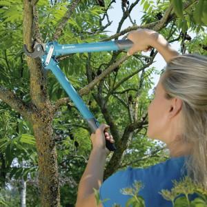 Nożyce do gałęzi przydadzą się w każdym ogrodzie. Bardzo lekkie, ergonomicznie ukształtowane rękojeści z tworzywa sztucznego zapewniają komfortową pracę. Fot. Gardena.
