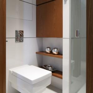 W małej łazience nie brakuje miejsca do przechowywania dzięki pomysłowym szafkom i półkom we wnękach. Projekt: Anna Maria  Sokołowska. Fot. Bartosz Jarosz.