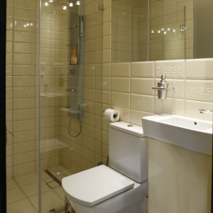 Specjalnie dobrane do małej łazienki modele ceramiki sanitarnej oraz mebli zapewniają wygodę i nie zajmują wiele miejsca. Projekt: Katarzyna Merta-Korzniakow. Fot. Monika Filipiuk-Obałek.