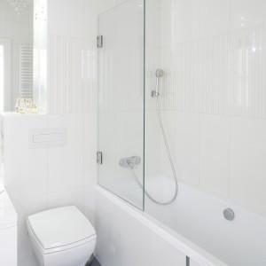 Komfort kąpieli  w małej łazience zapewnia parawan nawannowy: można korzystać z klasycznej kąpieli w wannie i pod natryskiem. Projekt: Kamila Paszkiewicz. Fot. Bartosz Jarosz.