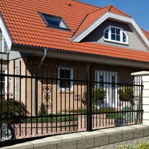 Połączenie elementów kutych z kamiennymi daje naprawdę piękny efekt. Takie ogrodzenie sprawdzi się zarówno wokół domu zaprojektowanego w nowoczesnej, jak i klasycznej stylistyce. Fot. Joniec.