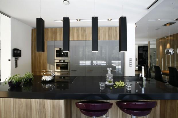 Oświetlenie nad blatem w kuchni może być estetycznie schowane w półkach lub wyeksponowane, pełniąc rolę ważnego elementu dekoracyjnego. Zobaczcie, jakie rozwiązania proponują polscy projektanci.
