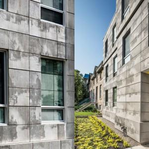 Na fasadach budynku zastosowano innowacyjną technologię. To, co wydaje się być zwykłymi zaciekami na surowej powierzchni, po bliższym przyjrzeniu się, okazuje się być nadrukami zdjęć ze starego filmu. Projekt: KANVA. Fot. Marc Cramer.