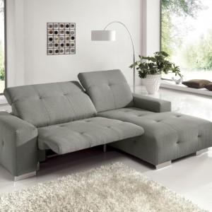 Elegancka szara sofa Fransisco z rozkładanymi oparciami i wygodnym szezlongiem pomoże się zrelaksować po długim dniu. Propozycja marki Cotta. Fot. Agata Meble.
