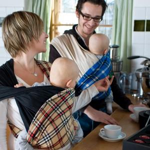 Walory chusty z pewnością docenią rodzice bliźniaków, którzy mają podwójną ilość obowiązków. Fot. Babytuch.