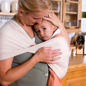 Noszenie dziecka w chuście sprzyja wzmacnianiu poczucia więzi i bliskości między dzieckiem a rodzicami. Fot. Babytuch.