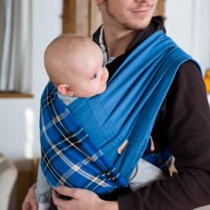Wykorzystując dwie skrzyżowane chusty możemy nosić niemowlaka na sobie w pozycji pionowej, zapewniając odpowiednie podparcie dla kręgosłupa maluszka. Fot. Babytuch.