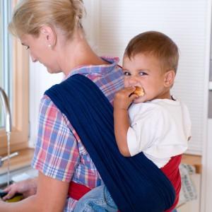 Dwie skrzyżowane chusty kieszonki umożliwiają także noszenie dziecka na plecach. Takie rozwiązanie polecane jest dla starszych dzieci, które potrafią już utrzymać równowagę. Fot. Babytuch.