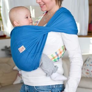 Dzięki zastosowaniu chusty ciężar malucha jest lepiej rozłożony przez co dziecko wydaje się lżejsze, a co za tym idzie - można je trzymać dłuższy czas. Fot. Babytuch.