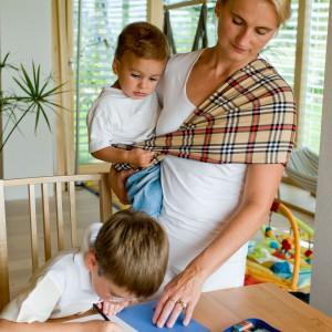 Sadzając młodsze z dzieci w chuście, na biodrze łatwiej będzie się skupić np. na pomocy starszej pociesze w odrabianiu lekcji. Fot. Babytuch.