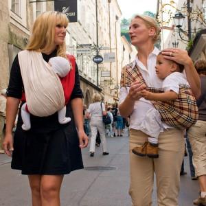 Chusta do noszenia dzieci jest niezwykle przydatna na spacerze czy zakupach, gdy nie chcemy brać ze sobą wózka. Fot. Babytuch.