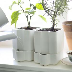 Doniczka samonawodniająca dzięki specjalnemu wkładowi zapewnia roślinom stały dostęp do wody. Fot. IKEA.